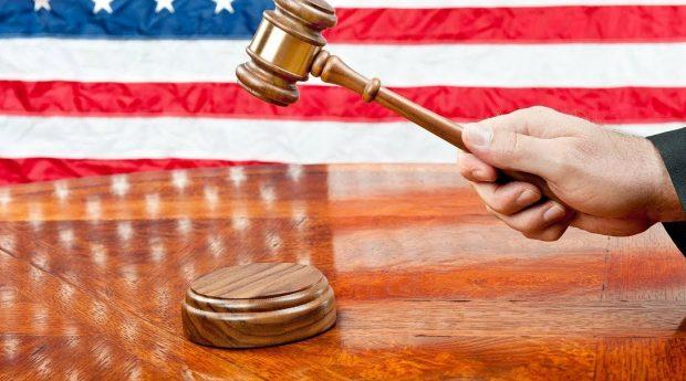 У США суддя присудив адвокатові виплатити 370 000 доларів за надані клієнтам некоректні консультації